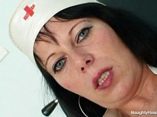 Amateur mom Magda spreads her pussy close